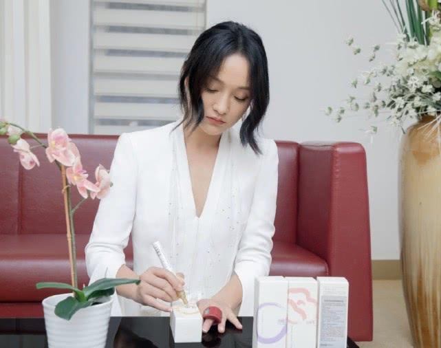 """周迅参加活动露面,穿纯白色连衣裙瘦成""""闪电"""",46岁还不显老"""