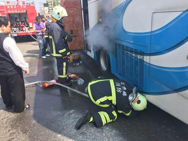 载19名陆客的游览车起火,所幸无人伤亡。(图片来源:台湾《中时电子报》)