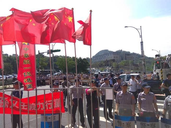 民众挥舞五星红旗抗议。(图片来源:台媒)