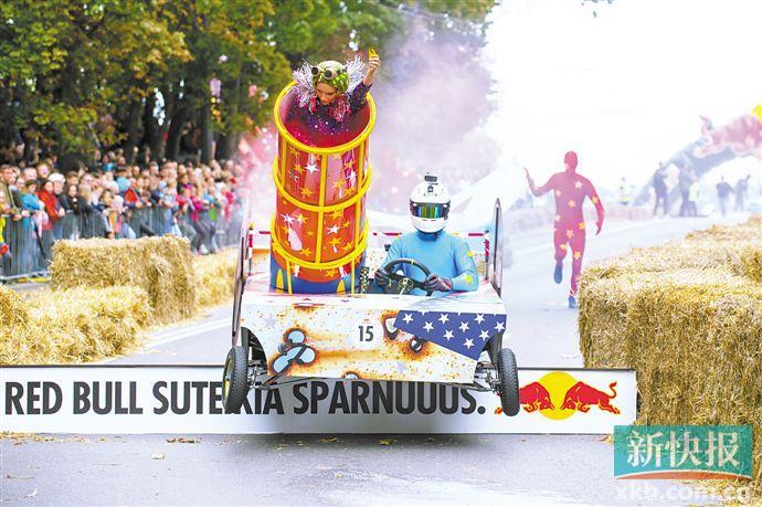 """立陶宛举行 """"肥皂盒车""""趣味比赛"""