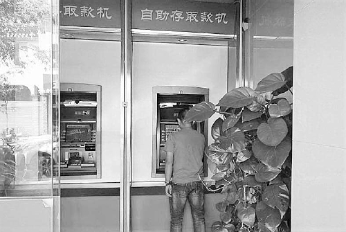 黄宗丰捡到银行卡后,竟然真的在取款机上试对了密码