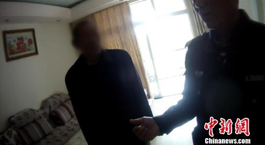 图为民警将逃犯在家中抓获。警方供图