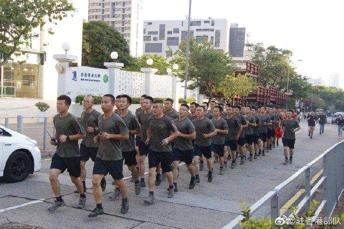 好帅 驻港部队协助清理路障获市民点赞|驻港部队|驻香港部队