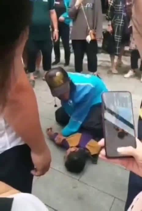 近日,辽宁铁岭,90后外卖小哥李默取餐时,看到一男一女在撕扯