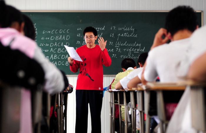 """30万年薪招中小学老师,清华北大76人!顶尖名校硕博士教中学生是""""浪费人才""""吗?"""