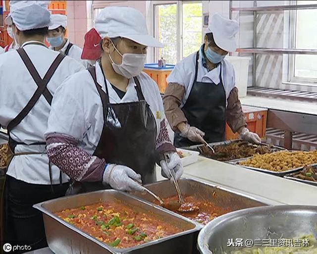 """互联网式""""明厨亮灶""""吉林市24小时""""盯住""""校园配餐"""