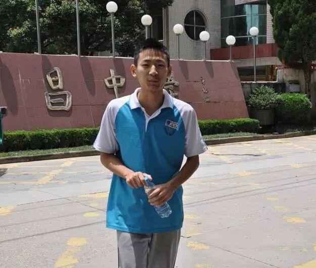 参与高考前,在遂昌中学门口拍照的郑烨