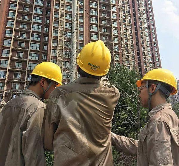 ▲7月26日,天津城南供电公司员工翁合章、王冲、王凯在合安园小区巡视大负荷线路沿线杆塔。