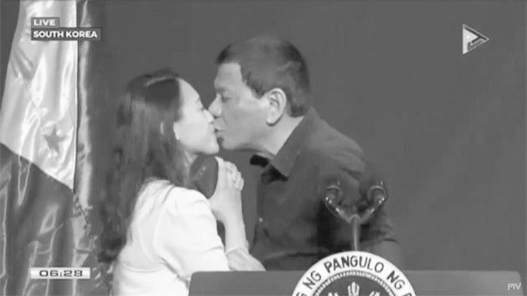 图为杜特尔特亲吻女侨民的截图。