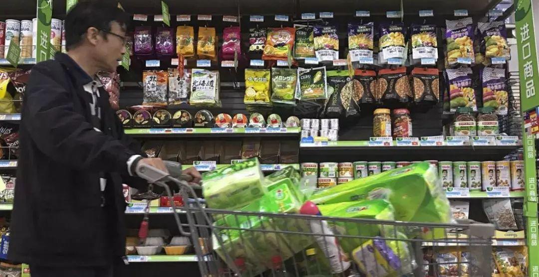 ▲资料图片:北京一家超市销售美国进口坚果。(美联社)