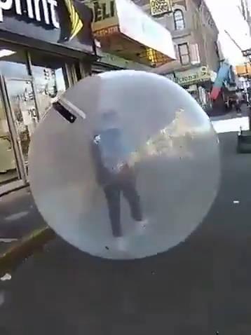 在国外街一名男子竟然在巨大的气球里面行走