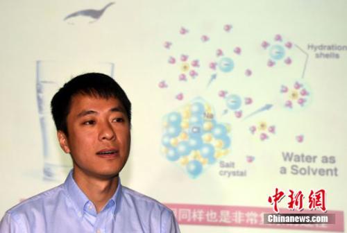 北京大学物理学院量子材料科学中心教授江颖就水合离子最新研究成果接受媒体采访。 孙自法 摄