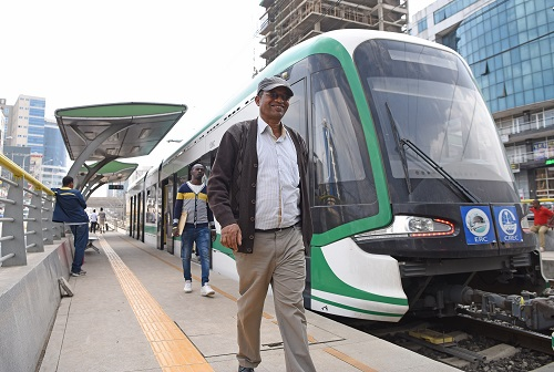 资料图片:2017年6月29日,在埃塞俄比亚首都亚的斯亚贝巴,市民走下轻轨列车。新华社记者 陈诚 摄