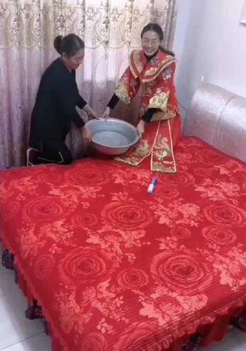 为什么新婚夜要往床上泼凉水?