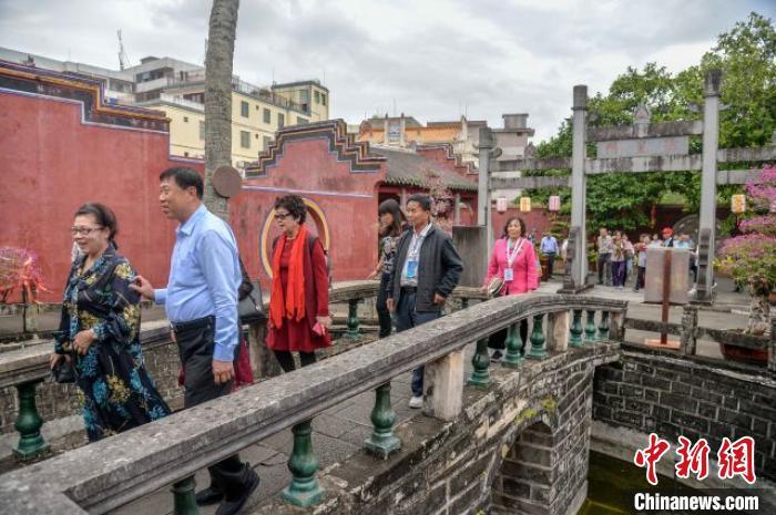 海內外鄉親在文昌孔廟參觀。 洪堅鵬 攝