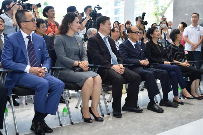 李嘉诚携李泽楷为汕大世界顶级生物安全实验室新楼启用揭幕