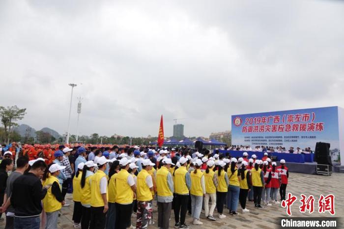"""广西举行防御洪涝灾害应急救援演练 直升机现场救援""""被困群众"""""""