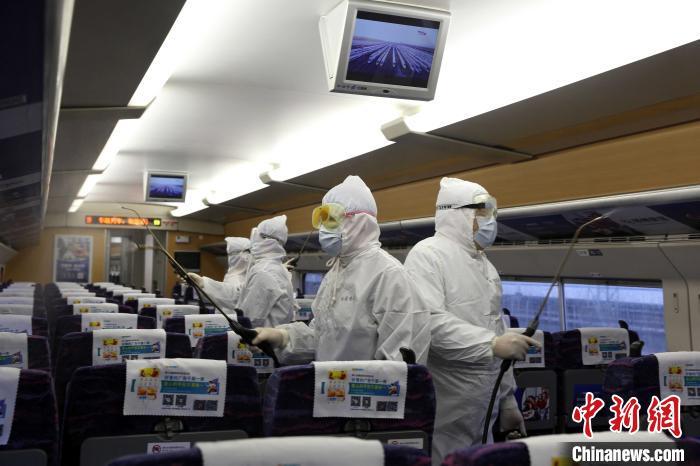 中国铁路南宁局集团有限公司疾控中心工作人员对动车开展消杀作业。 满俊君 摄