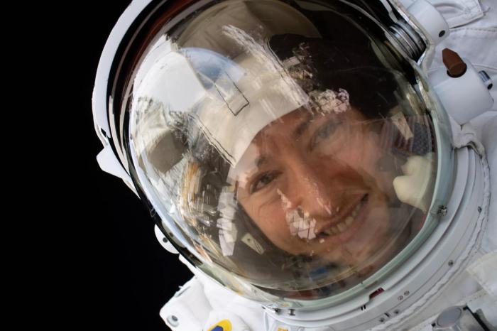 在太空停留近一年的宇航员重返地球 分享与家中宠物狗团聚的画面