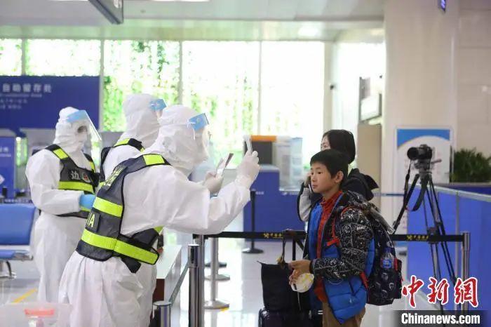 资料图:济南收支境边防查抄站执勤***对入境职员举行检验。沈泰 摄