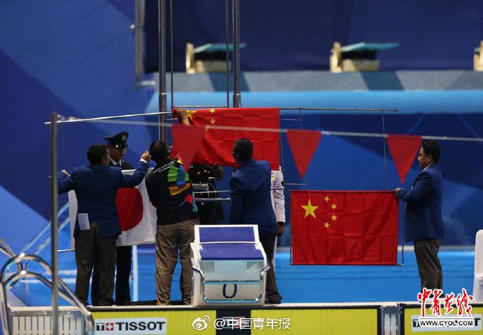 看到国旗掉下,孙杨当场提出交涉,待国旗就位,才回到颁奖典礼台 图自中青在线
