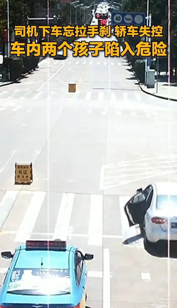 轿车失控,车内还有两个孩子,危机时刻的哥赤脚狂奔百米跳车截停