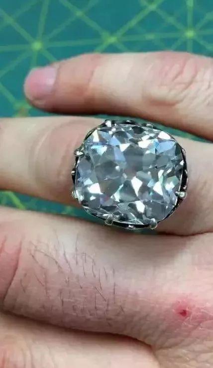 女子在旧货摊88元买枚玻璃戒指 结果是650万