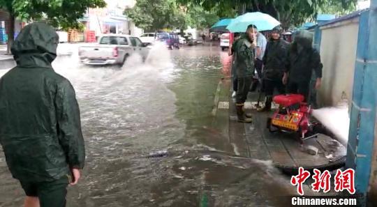 图为救援人员正在重庆涪陵城区积水严重地段抽排水。 肖乐峰 摄
