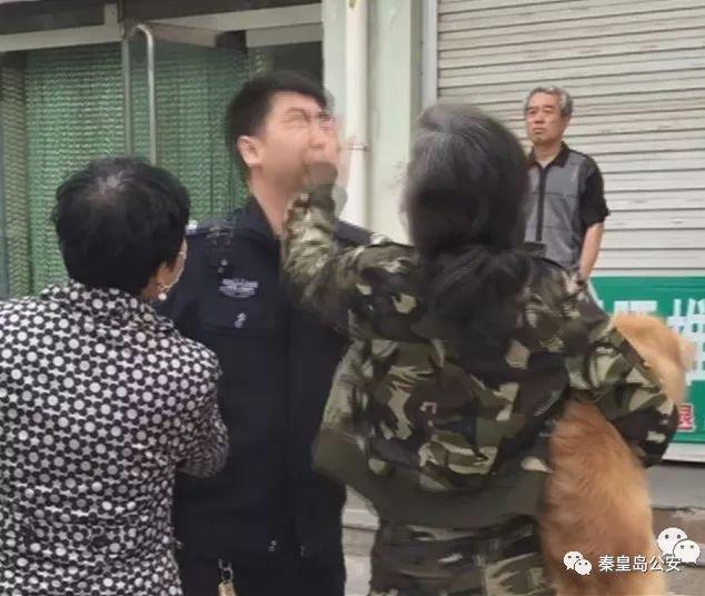 女子未办狗证还用狗链打伤2名执法人员 被刑拘