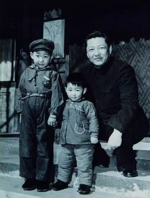 △1958年,习仲勋与儿子近平、远平在一同。来历:《习仲勋画传》