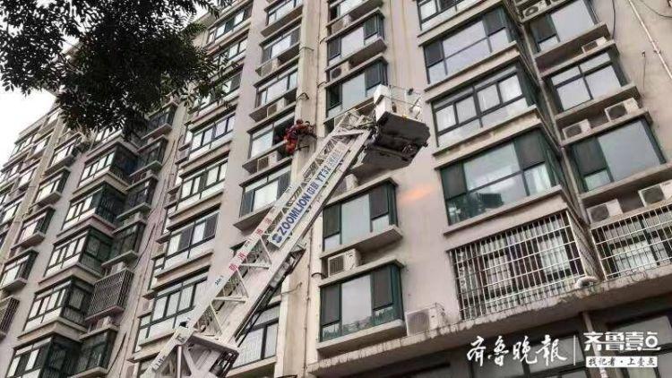 淄博一青年与父母闹矛盾,从8楼窗户爬出滑落至6楼