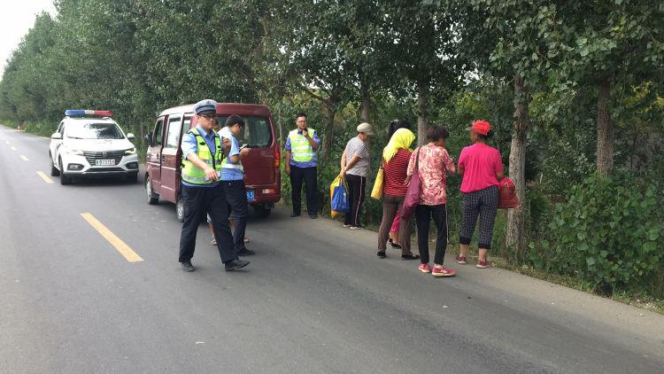 胶州交警大队持续开展农村面包车交通违法行为查处行动