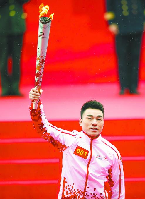 """军运会圣火""""和平荣光""""抵武汉,廖辉李小双等参与传递"""