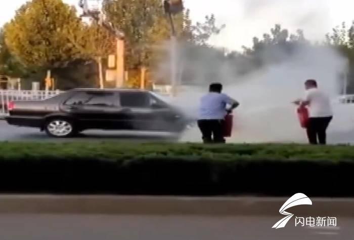 47秒|路遇私家车自燃 德州两位公交车司机拎起灭火器冲了上去