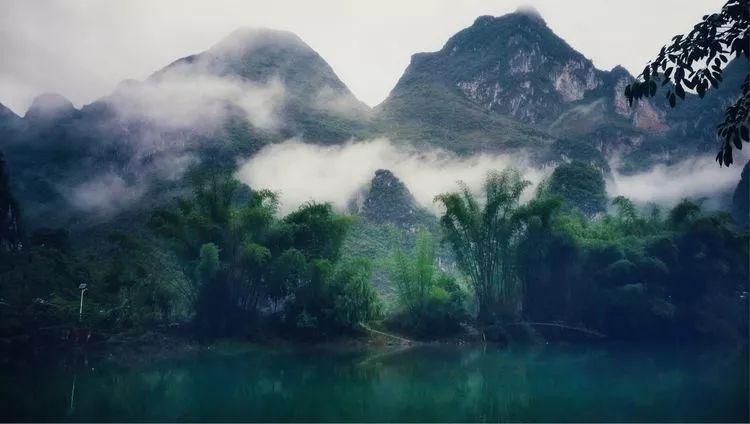 有人形容,大小井风景区主要由清澈碧绿的河水、遮天蔽日的古榕树、清翠欲滴的凤尾竹、错落有致的农舍、鬼斧神工的溶洞、神秘莫测的天坑、郁郁葱葱的原始森林、绿毯似的草地所组成,数千种珍稀动植物繁衍生存其中,加之当地布依族淳朴的民风,浓郁独特的民族风情,美丽动人的传说,才让她成为了一个令人流连忘返的风景区。我以为,这个描述非常到位,很贴切。