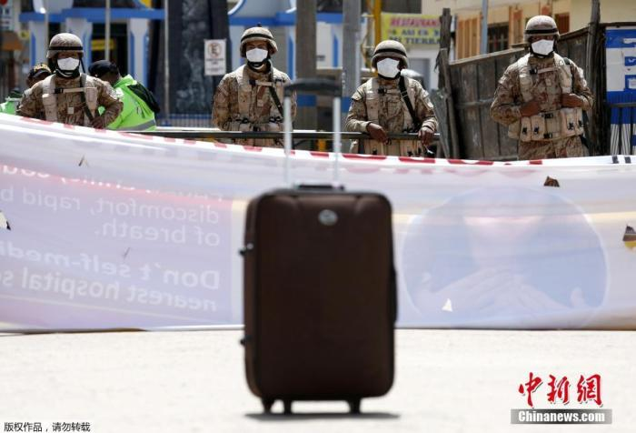 当地时间3月17日,秘鲁政府宣布关闭边境,在秘鲁和玻利维亚边境,士兵设置路障。