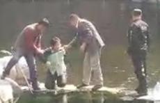 11日中午,济南白石泉处有人落水!一保安一游客跳水救人