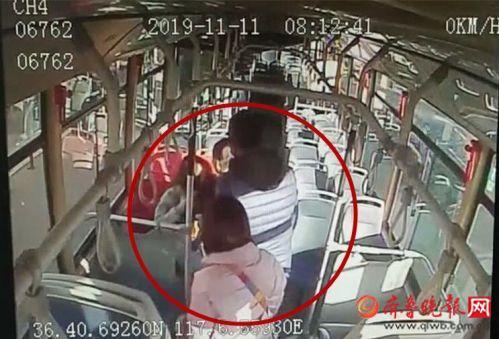 女子坐公交突然晕厥 济南公交驾驶员温情拥抱