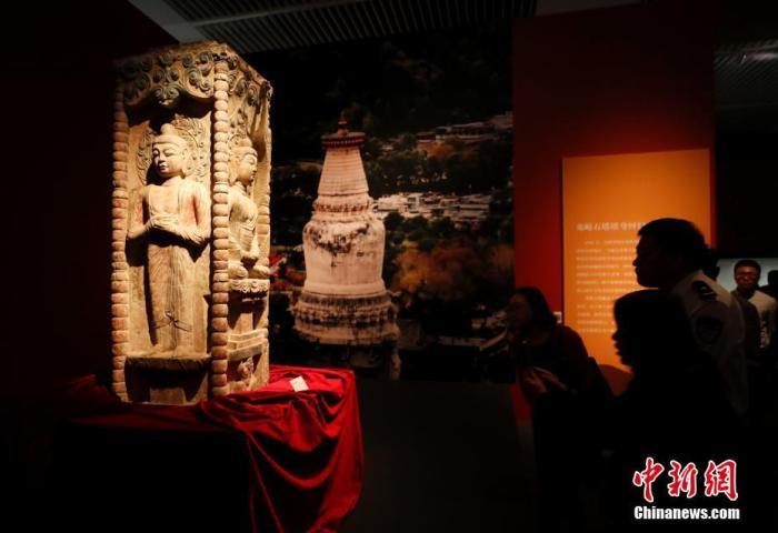 资料图:观众参观邓峪石塔塔身。 中新社记者 杜洋 摄