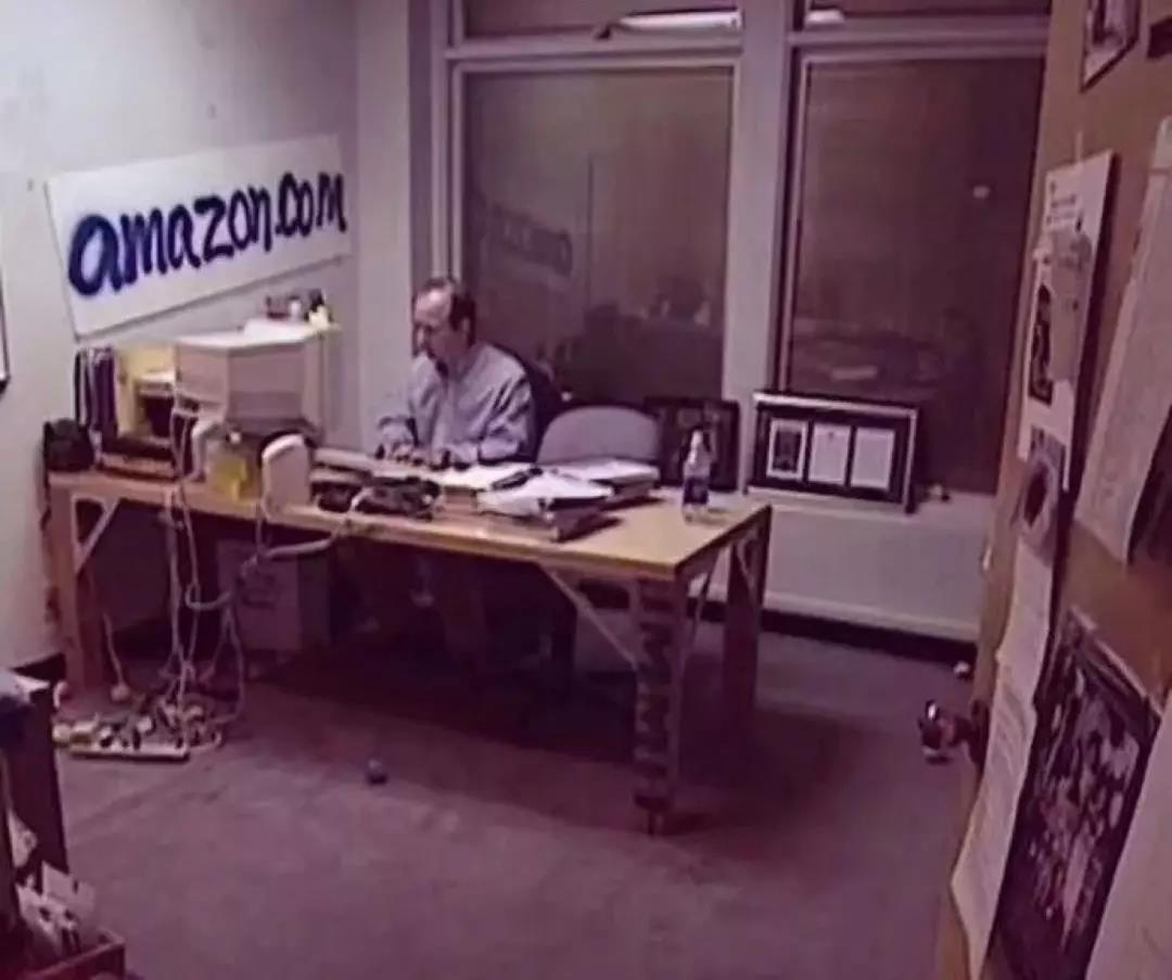 ▲传贝索斯创办亚马逊时的早期办公室照片
