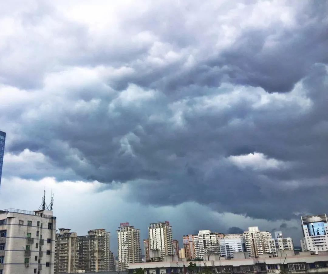 暴雨来袭!福州黑云压境,这场雨和台风有关吗?周末的天气怎么样……