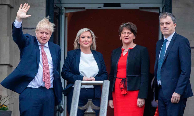 ▲在北爱尔兰议会大厦门前,约翰逊与北爱地方政府副首席部长奥尼尔(左二)、首席部长福斯特(右二)、英国政府北爱尔兰部长史密斯(右一)合影。