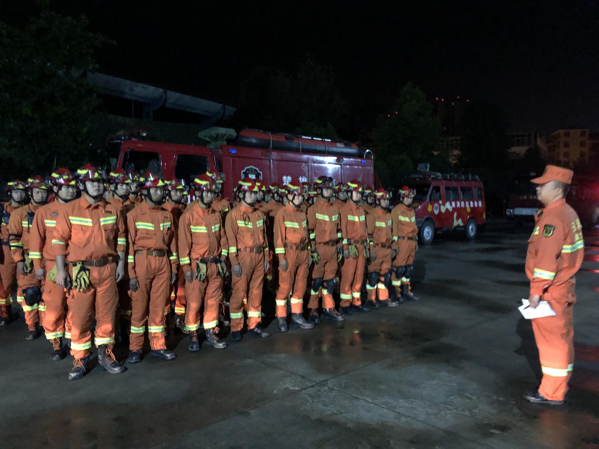 地震发生后,云南省玉溪、昆明、楚雄等地的消防部队集结,图为楚雄消防。