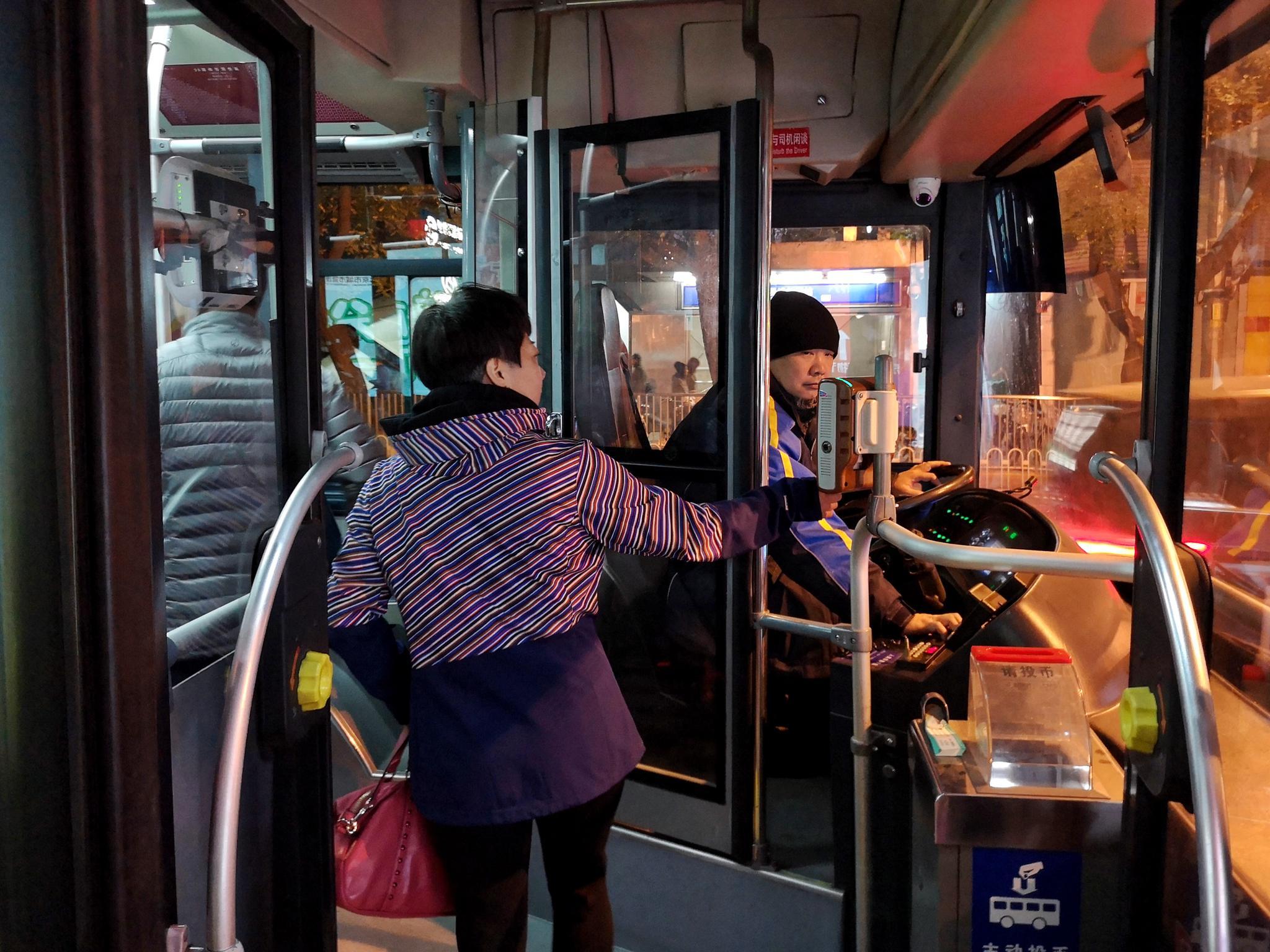 北京公交集团此前透露,北京70%以上的公交车设有安全隔离门。新京报记者 裴剑飞 摄