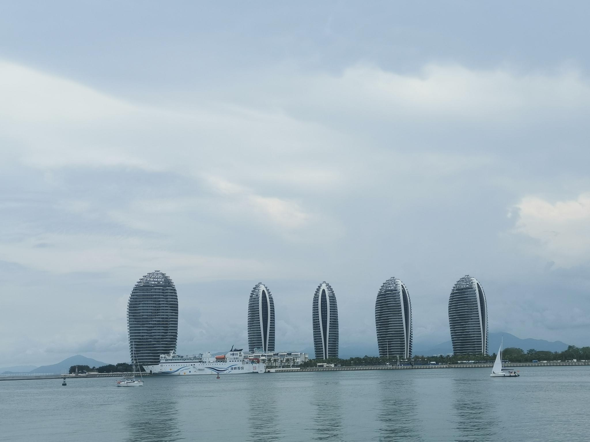 2019年5月28日,从三亚远望凤凰岛,5栋贝壳年夜楼,为凤凰岛标记性修建。 新京报记者李云琦摄