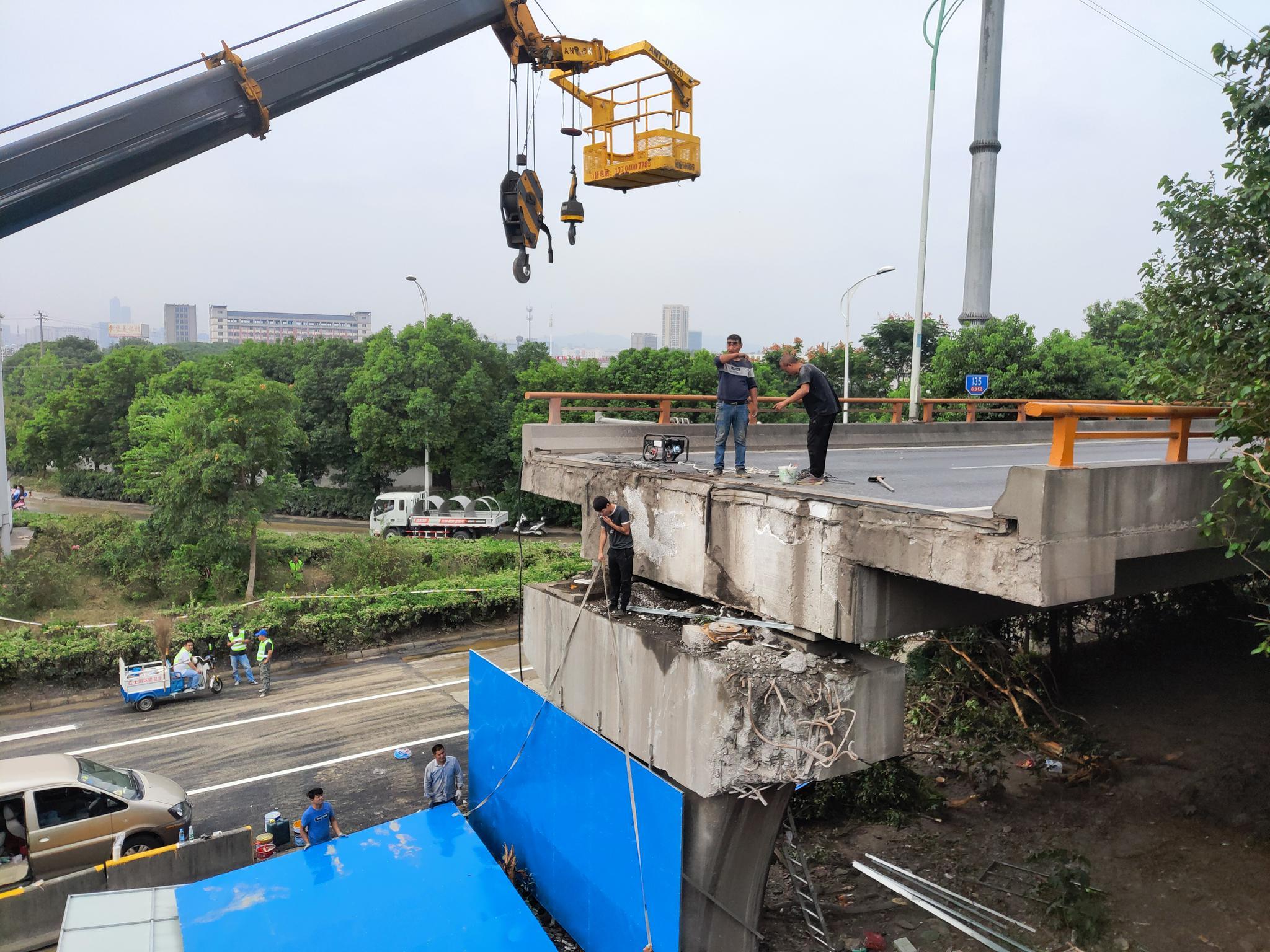 工人在事发桥梁部分加装围挡。新京报记者 康佳 摄
