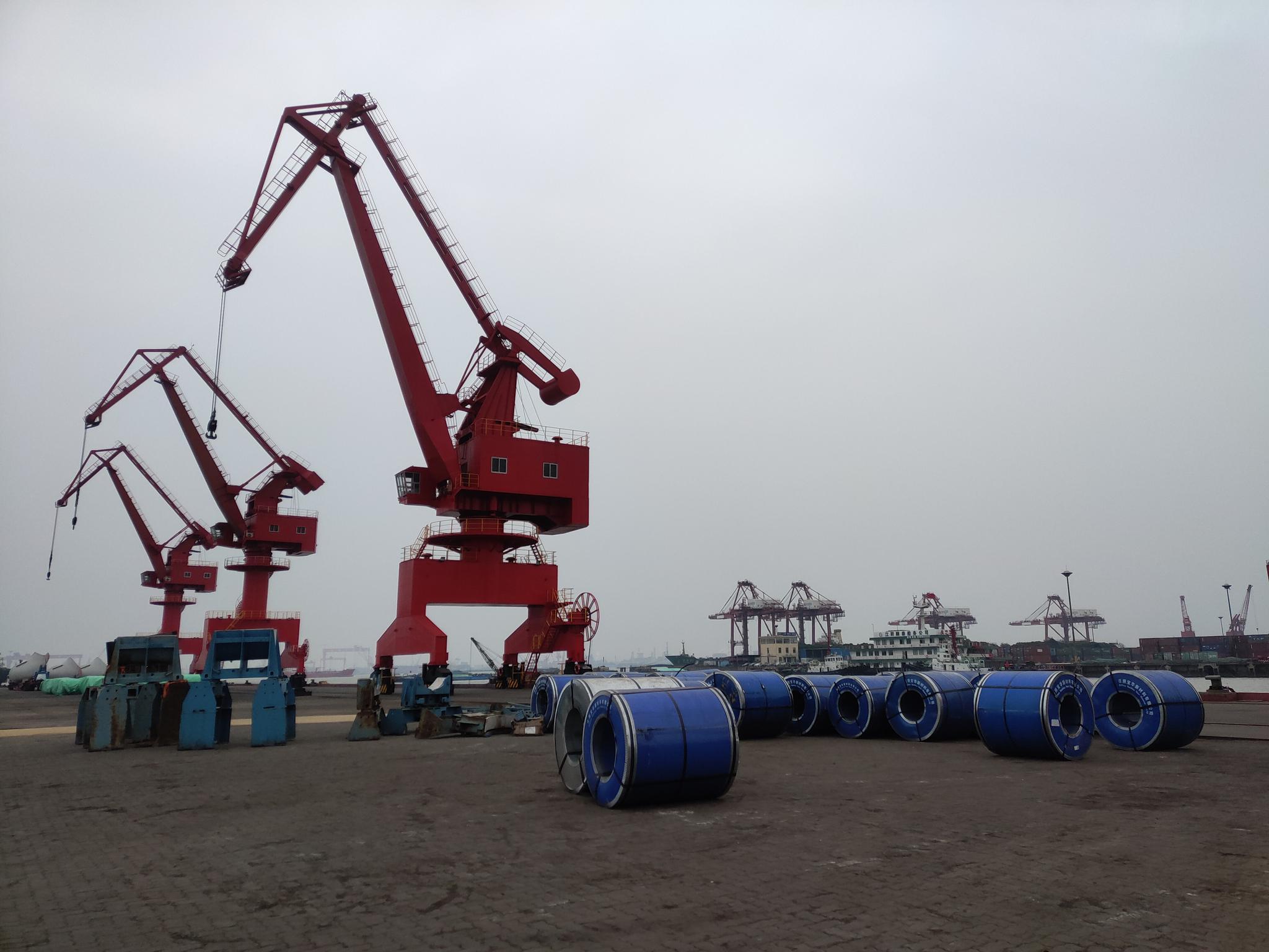 江阴4号码头有许多还未运走的钢卷。 新京报记者 康佳 摄
