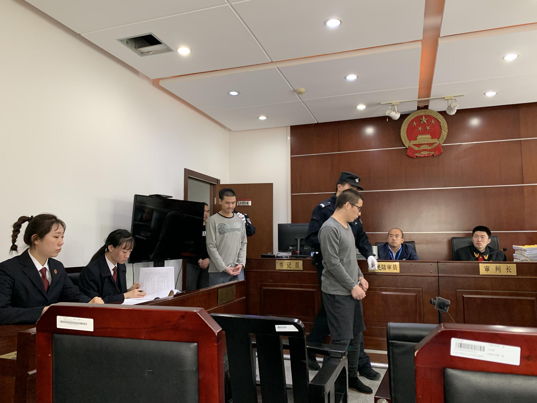 三名原告人被带上法庭,戴眼镜是王某。新京报记者 刘洋 摄