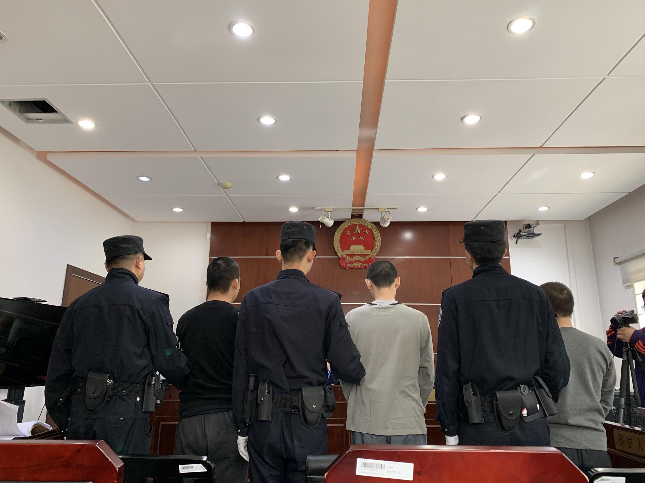 三名原告人正在法庭上,戴眼镜是王某。新京报记者 刘洋 摄