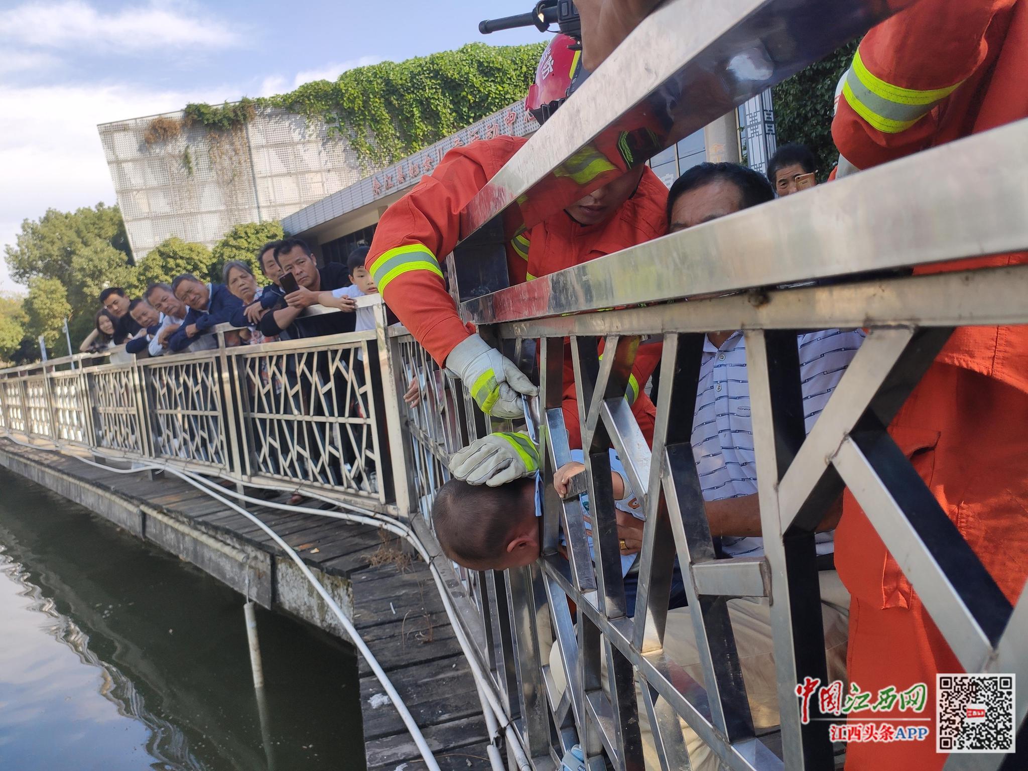 小孩头卡河边护栏 鹰潭消防帮助脱困